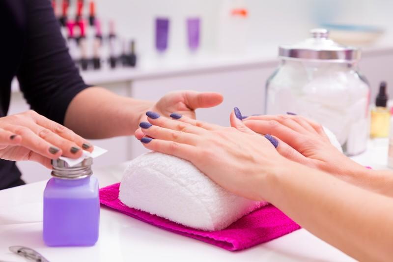 Jak wygląda usuwanie manicure hybrydowego w salonie kosmetycznym?