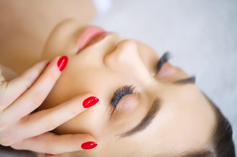 Jak długo trwa wykonanie makijażu permanentnego i jak przebiega?